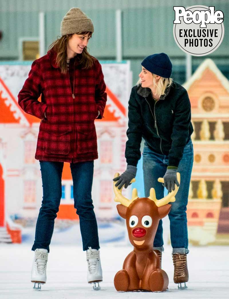Kirsten Stewart y Mackenzie Davis  patinando en Happiest Season