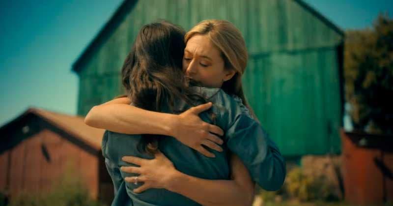 Vanya y Sissy abrazadas frente al granero