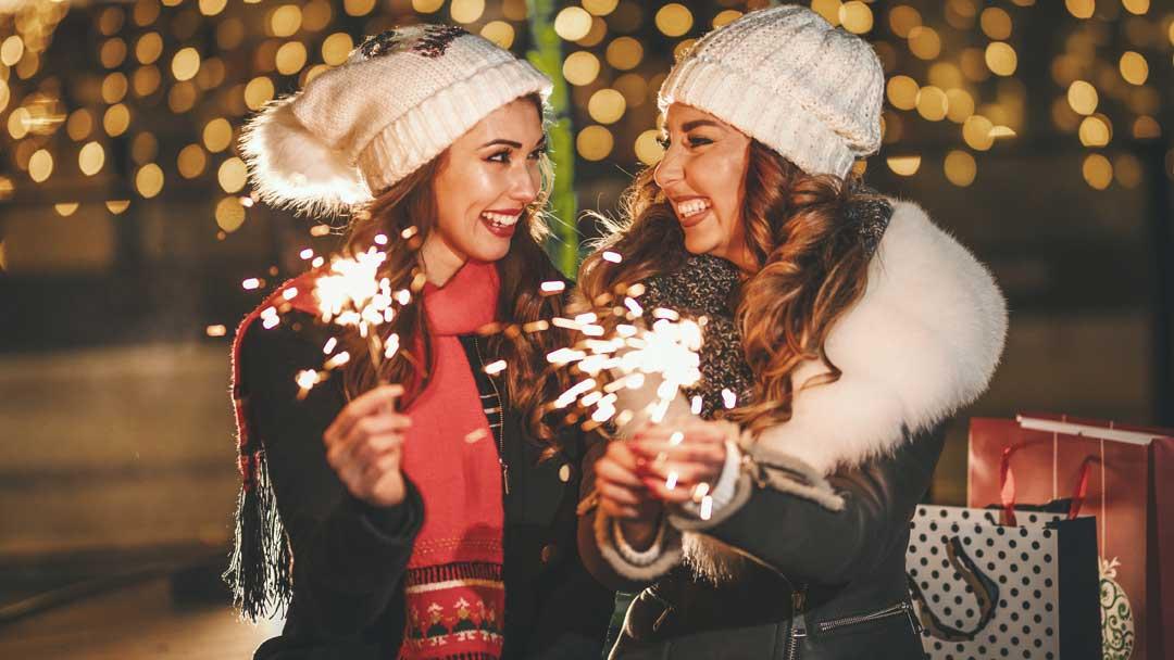 pareja lésbica mirándose a los ojos en navidad